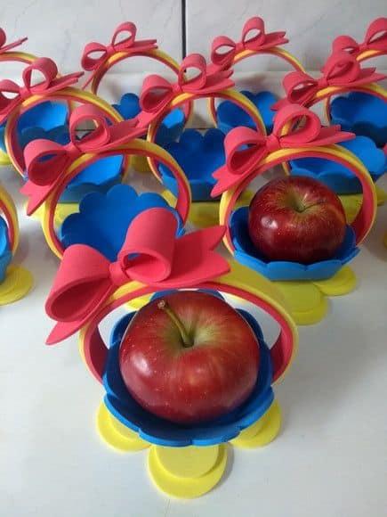 cestinha de EVA com maçã para lembrancinha Branca de Neve