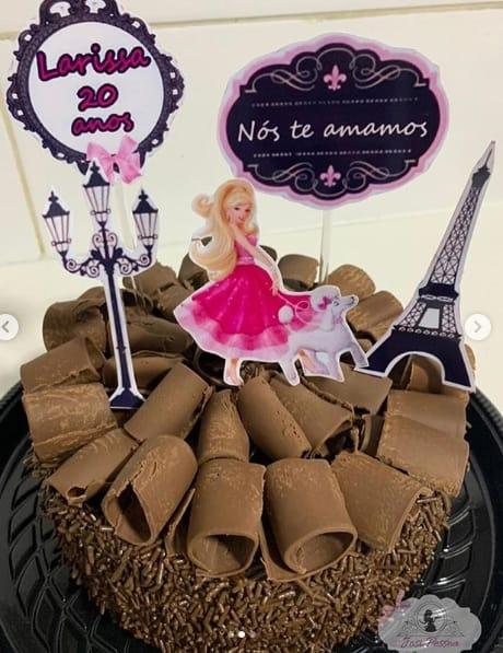 bolo de chocolate com decoração da Barbie em Paris