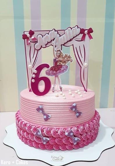 bolo cor de rosa decorado com toppers da Barbie bailarina