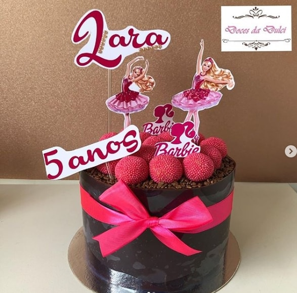 bolo de chocolate com acetato decorado com toppers da Barbie