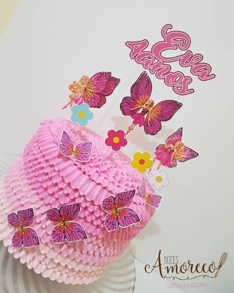 bolo alto decorado em rosa com borboletas