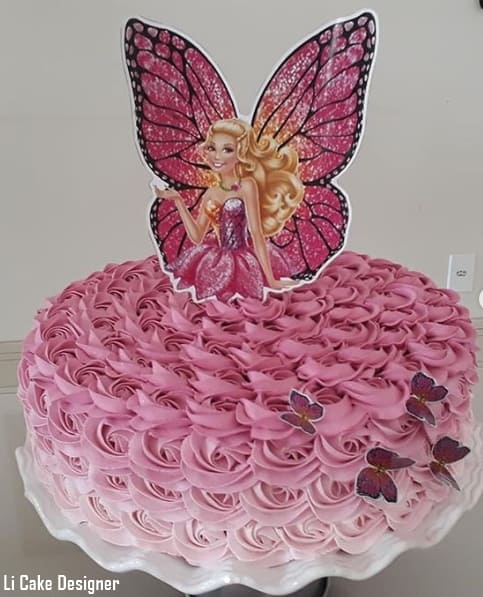 bolo de chantilly rosa com topper da Barbie borboleta