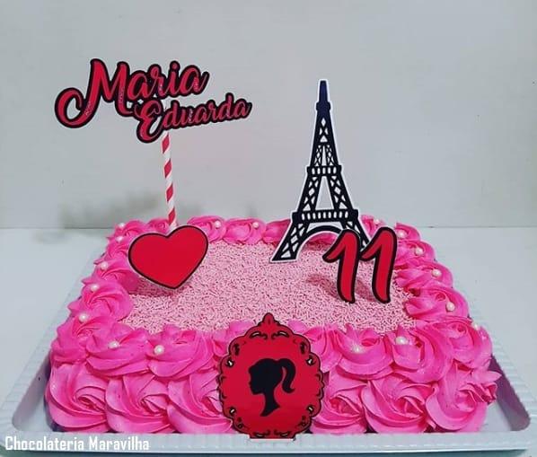 bolo retangular decorado em rosa e com tema da Barbie Paris