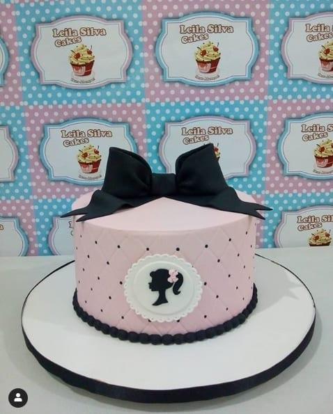 bolo da Barbie em rosa e preto