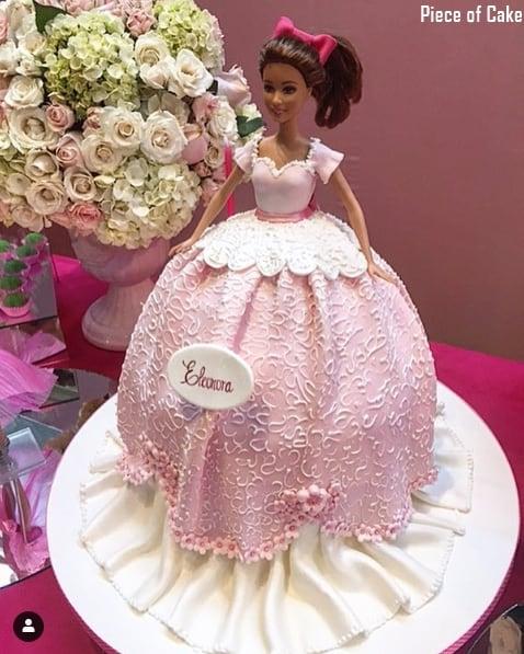 bolo com boneca da Barbie morena decorado com pasta americana