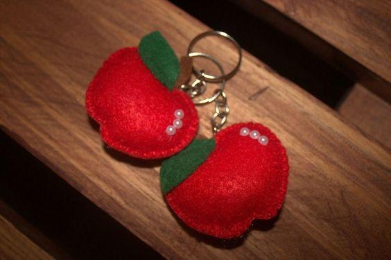 chaveiro de maçã de feltro para festa Branca de Neve