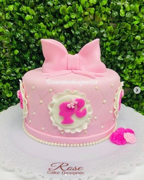 bolo decorado em pasta americana rosa claro