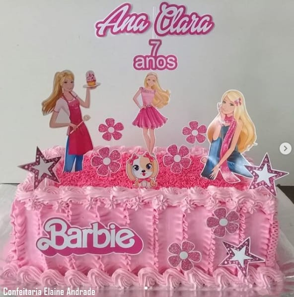 bolo da Barbie quadrado decorado com chantilly e granulado