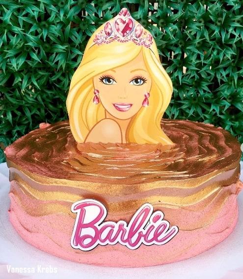 bolo redondo da Barbie decorado em rosa e dourado