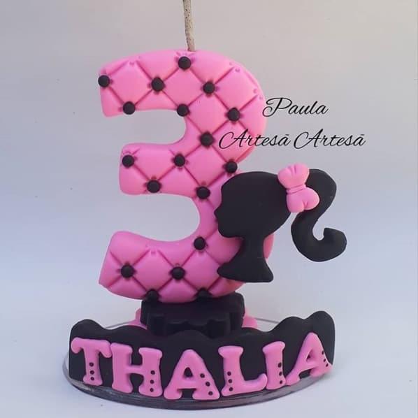 topo de bolo com vela da Barbie em biscuit