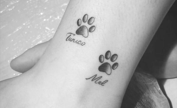 Homenagem com patinhas e nomes em forma de tatuagem