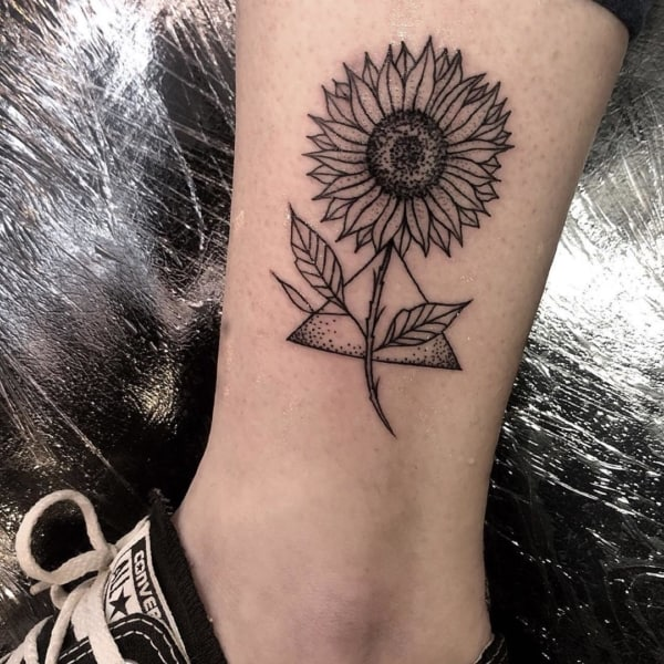Linda tatuagem de girassol que significa filho do sol