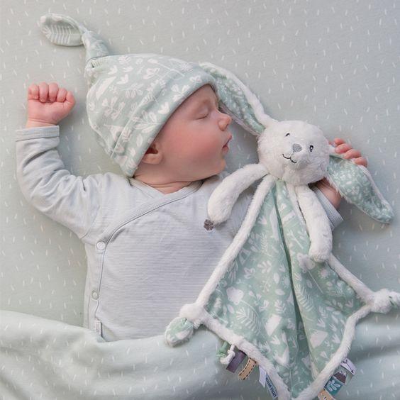 Bebê com naninha de coelho