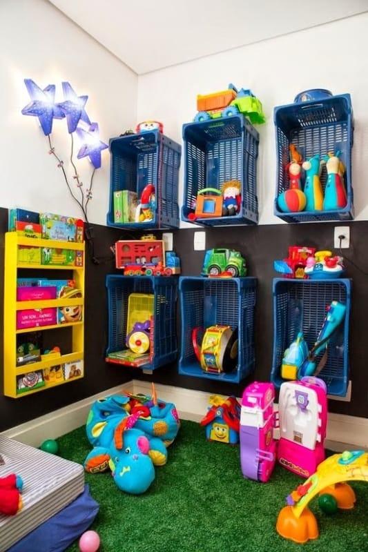 Brinquedos organizados nos caixotes coloridos