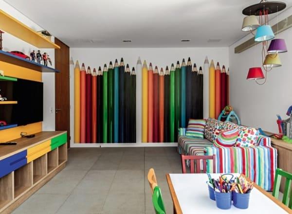 Parede de lápis coloridos