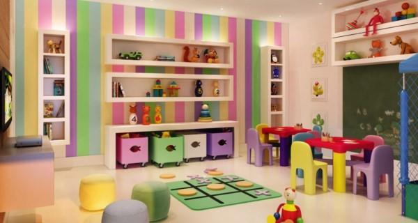 Parede listrada bem colorida em espaço para brincar
