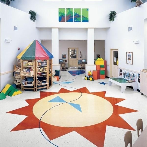 Sol no piso do espaço para brincadeiras