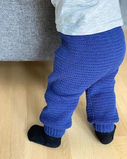 calça de bebê azul em crochê