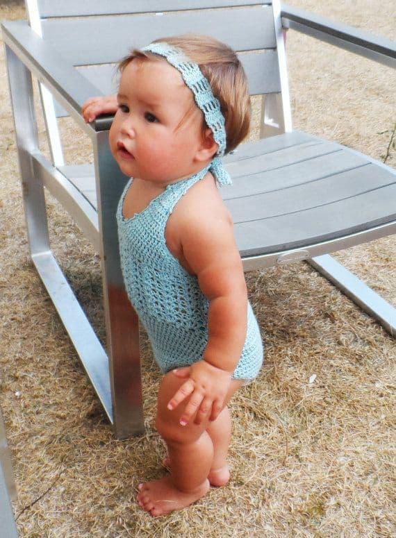 bebê com maiô de crochê