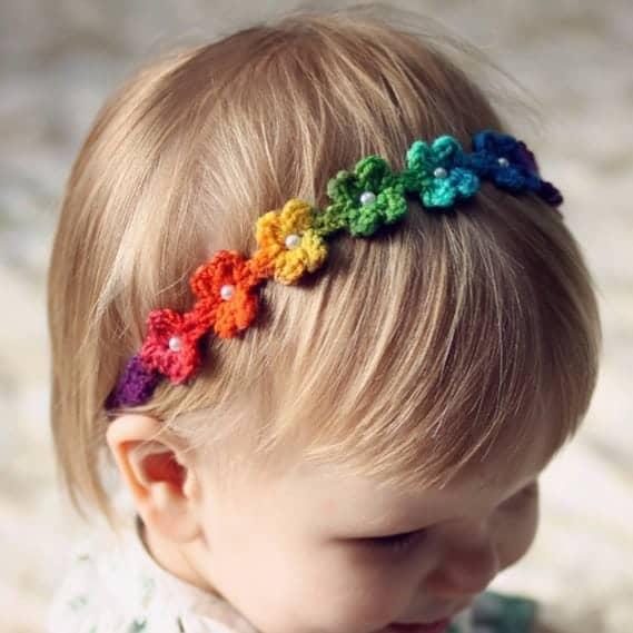 tiara colorida e delicada em crochê para bebê