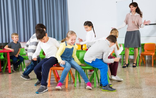 brincadeira infantil de dança das cadeiras