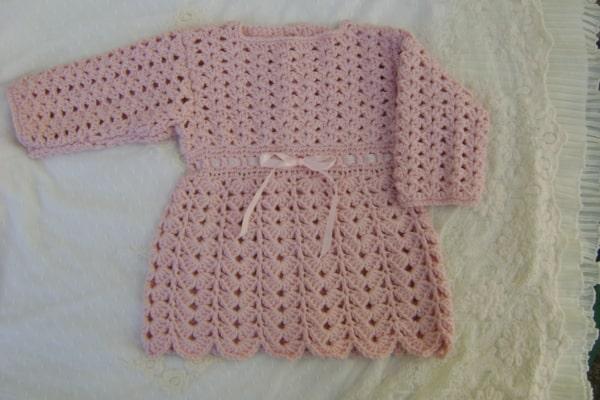 vestido de crochê com manga longa para bebê