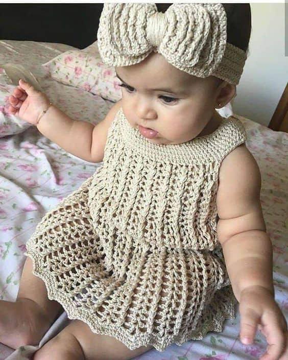 conjunto de vestido e faixinha de cabelo em crochê para bebê