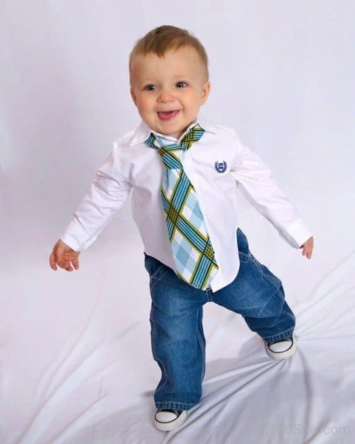 bebê usando gravata infantil