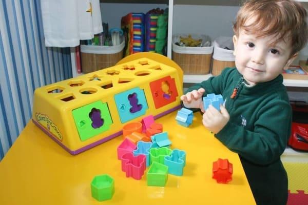 brinquedo interativo caixa encaixa