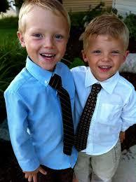 irmãos vestindo gravata infantil