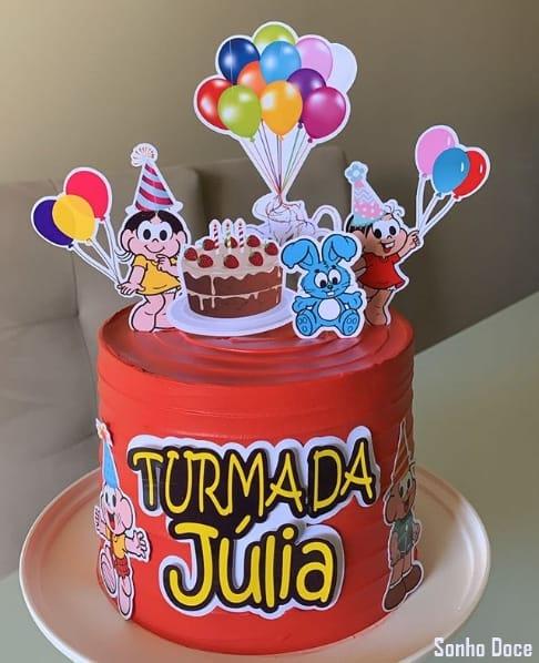 bolo simples com cobertura vermelha e decoração da turma da Mônica