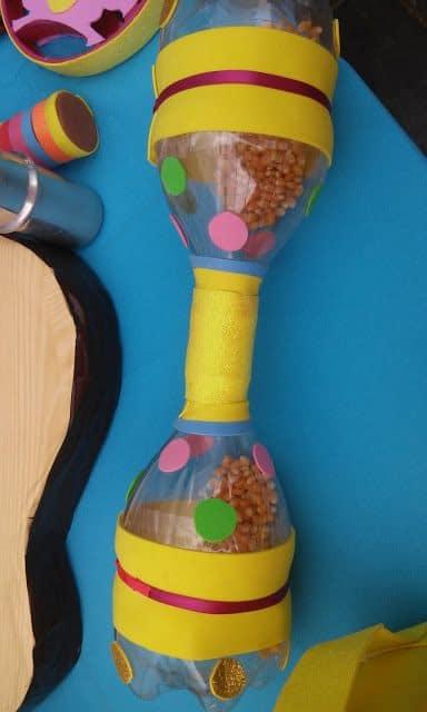 instrumento musical com garrafa PET