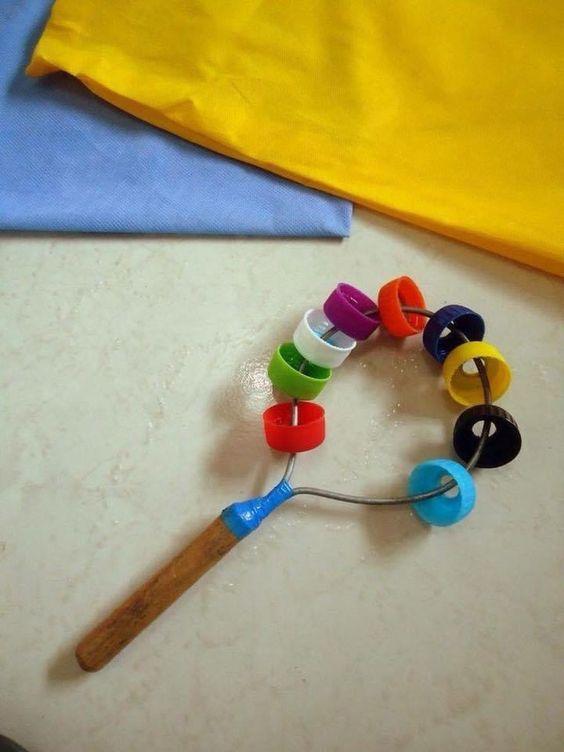 instrumento musical simples com tampinhas de refrigerante