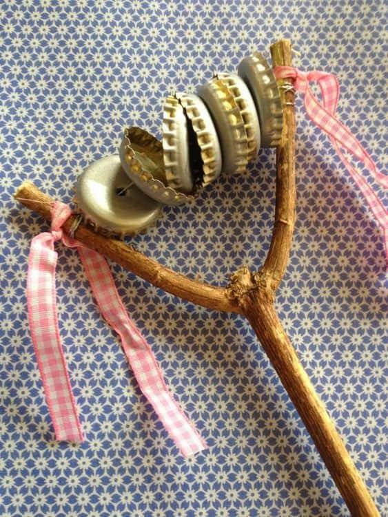 instrumento musical infantil com tampinhas de lata