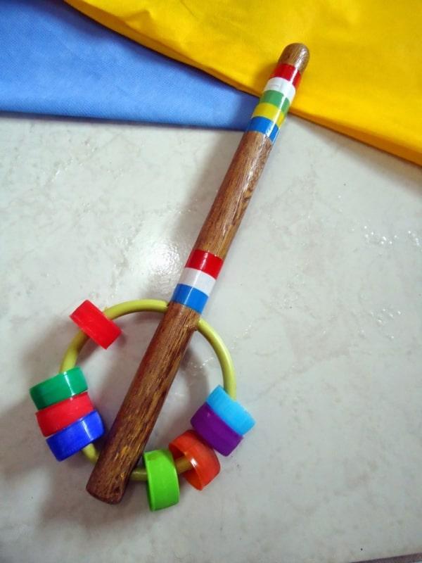 brinquedo reciclável com tampinhas plásticas