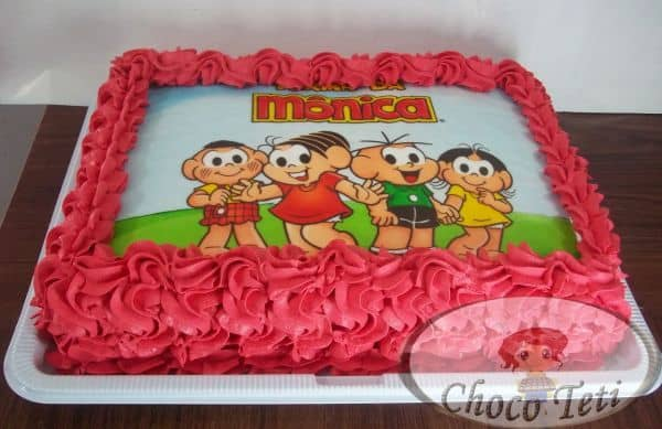 bolo com chantilly vermelho e papel de arroz da turma da mônica