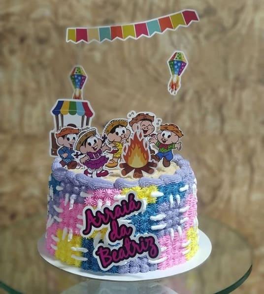 bolo com toppers temáticos de festa junina