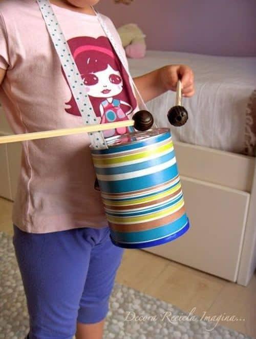 instrumento de batuque com lata de leite