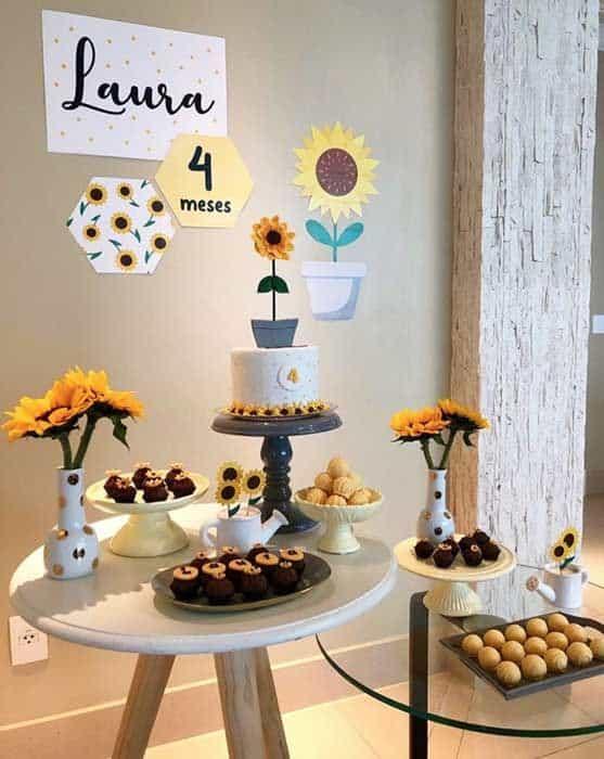 festa de mesversario simples com decoracao girassol