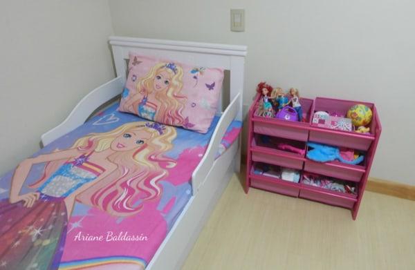 quarto simples com roupa de cama da Barbie