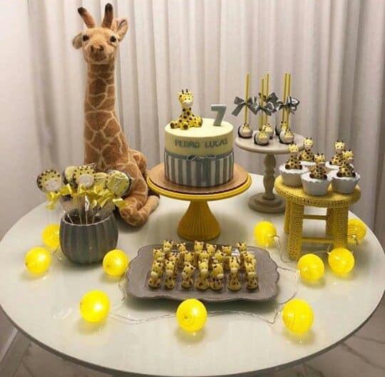 festa de mesversario simples com tema de girafa