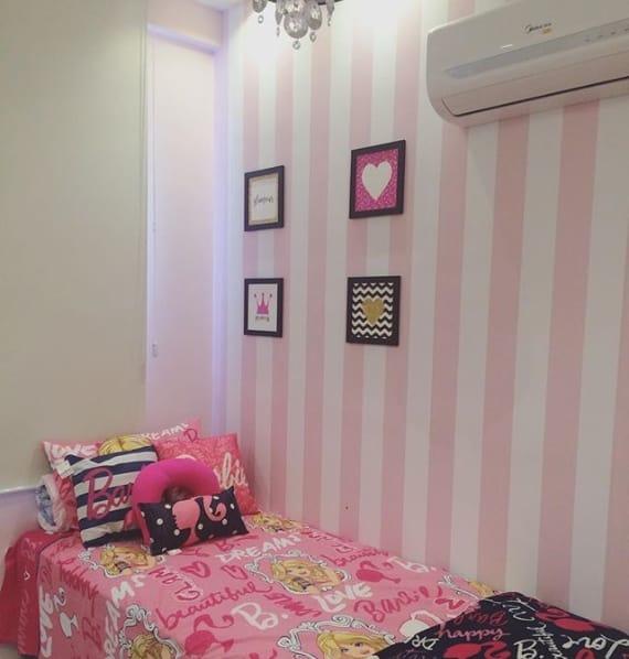 quarto decorado com roupa de cama da Barbie