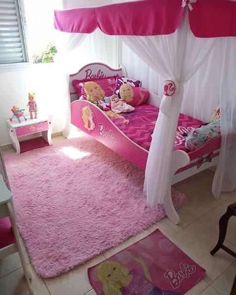 quarto rosa e branco com cama da Barbie