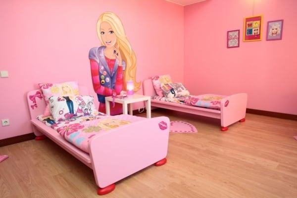 quarto de crianca rosa com tema da Barbie