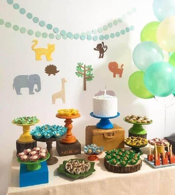 festa de mesversario simples com decoracao safari