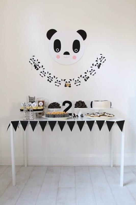decoracao simples de panda para festa de mesversario