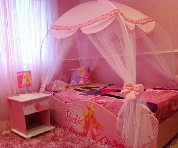 quarto infantil com cama da Barbie com dossel