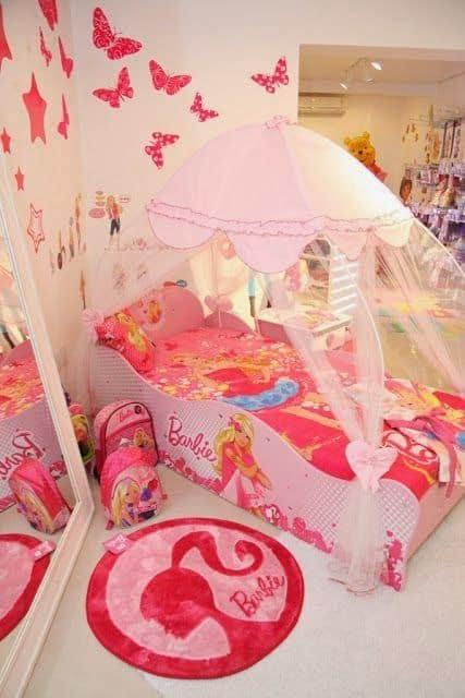 quarto infantil branco e rosa com cama da Barbie