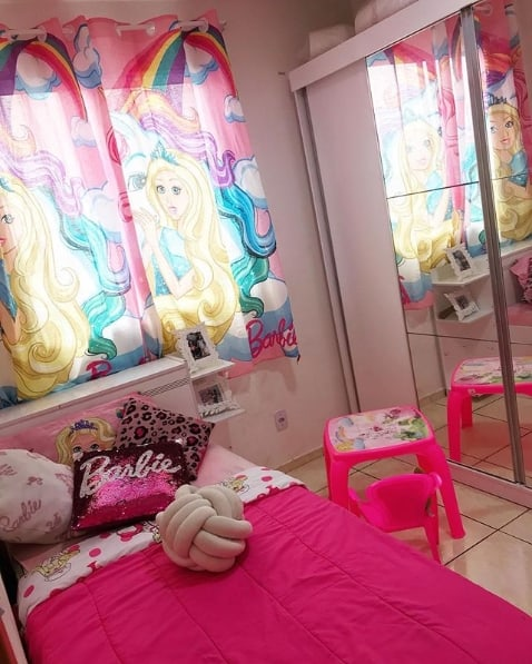 quarto simples decorado com cortina da Barbie