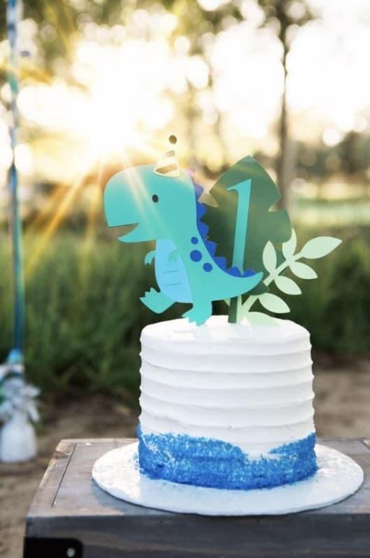 bolo de mesversario simples com topo de dinossauro